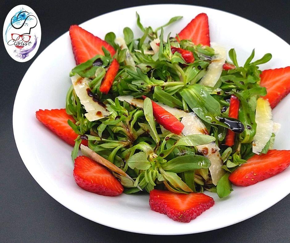 insalata, valeriana, fragole, aceto balsamico, olio EVO, leggerezza, armonia, fragole, grana padano, scaglie di grana, parmigiano reggiano, primavera, contorno, verdure,